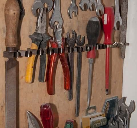 Praktikus tárolóeszköz a szerszámtartó fal